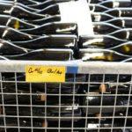 Knapp 500 Flaschen können so pro Tag von Hand degorgiert werden.